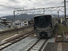 和歌山行き電車に乗車。 紀三井寺駅に向かう。  朝は快晴だったが雲行きが怪しくなる。 天気予報は、夕方から明日にかけては大荒れの予報。