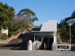 平和公園。 路面電車の駅を降りるとすぐ公園。 公園は高台にあるけどエスカレーターが設置されているので便利。