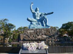 そして長崎のシンボルともいえる平和記念像。 長崎という街を語る時に鎖国時代も唯一外国に開かれていたという事と原爆を落とされた街という事、この2つは必ず必要だと思う。