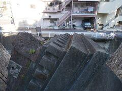 なんだろうこれ?と思ったら、原爆によって破壊された浦上天主堂旧鐘楼 (アンジェラスの鐘)。 距離が近くてうまく撮れなかったのでこれだとちょっとわかり肉けど、鐘楼が右斜め下向きになって壊れている。 元は北側の鐘楼だったらしい。 これも原爆の恐ろしさを伝える遺構。