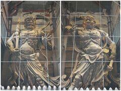 東大寺ミュージアムを出てすぐ左手には東大寺南大門。 そしてシンボルでもある金剛力士像または通称ですが、仁王立像です。  巨大です!大きさは約8.4mで、木造の立像では日本一の大きさ。 実際にはかなり短足のようですが、見る人の視線(見上げる)をきちんと計算しており、それにより迫力が増すそうです!  また こちらの仁王像は一般ものとは違い左右が逆に配置されているようです。 理由は定かではないとの事。  惜しむらくは、鳥よけ(?)の金網ですねえ。。。何かほかに良い方法はないのだろうか??  げっ、このタイミングで天気予報通り、雨が降ってきました。。。