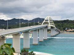 16:50 「瀬底大橋」を渡り瀬底ビーチから橋を見上げます