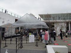 雨予報で心配してたんですが、そこはちゃんとステージと観覧席には屋根が付いてました。