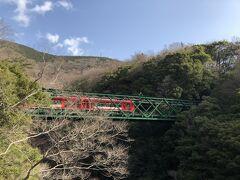 塔ノ澤橋は、すぐ目の前に出山の陸橋(早川橋梁)を通る箱根登山鉄道が見られる絶好のスポット。