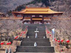 今日の目的の一つは『水沢うどん』を食べに行くこと 伊香保温泉を過ぎると道路脇になんだか怪しげな寺院が・・  何か台湾や中国にあるお寺みたいだなと思ってたら、