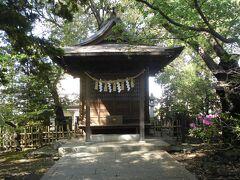 この世田谷招魂社よりも比較的大きい建物は高良神社です。