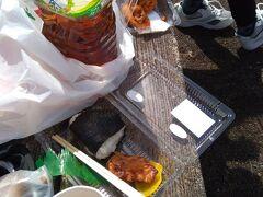 そろそろ、お昼近かったこともあり、スーパーマーケットでお昼ご飯を購入して、三原山の登山口広場で昼食。