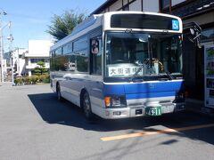翌朝10時前に宿のワゴン車にパンクした自転車を乗せてもらいました。久万高原のバスターミナルへ移動します。JR四国バスは朝6時半から午後8時まで平日8本のバスを松山駅まで走らせています。ただし宿の最寄りのバス停ではなく始発のバス停乗車を指定されました。