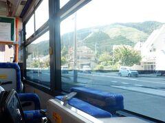 出発しました。乗客は3人だけでした。昼下がりのバスはお遍路と真逆な緩い空気が漂ってました。バスは緩やかに坂を上ります。
