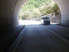 切れ味鋭い刃物を研げそうな岩のトンネルをくぐって46番浄瑠璃寺を目指します・