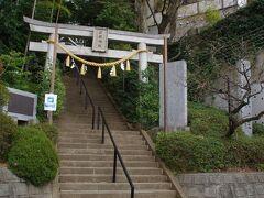 座間神社 米軍の隙間に鎮座しており、お参りしました。 この辺りは崖線となっています。