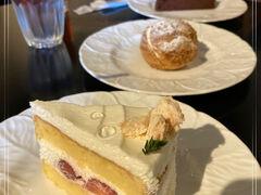1990年オープン、地元の人に愛されるフランス菓子中心の洋菓子のお店☆ 季節のおすすめの「いちごショート」とラス1だったスペシャリテのシュークリームをお味見。美味しかったので、ショコラグランマニエ、フランボワジエ、白ごまのブランマンジェを買って帰りました♪  お花見もグルメも満足な午後でした*:.。.:* ゜( n´∀`)n゜*:.。.:*