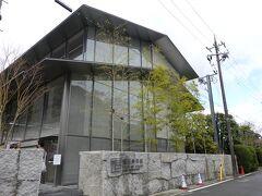 嵯峨野も何回か訪れているので、まだ行っていない「福田美術館」に。 2019年開館で、アイフル創業者の福田吉孝氏のコレクションを展示する私設美術館です。 コレクションは日本画が中心との事。まだ新しくとてもきれいですね。