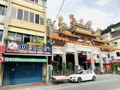 徒歩で協天廟へ。廟の左にあるのは魚のすり身で有名な店。今回は行かなかったけれど、若い跡継ぎが既に手伝っている名店。  義眾魚羹之家: https://4travel.jp/travelogue/11673689