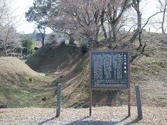 長篠城址に入ります、ザッザッザ。空堀と土塁の遺構はかなり残っています。