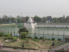 この池の周辺にテンプー(オート三輪車)乗り場がある。