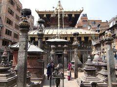 歩き方の地図に載っていた寺院。周囲を建物でぐるりと囲まれている。