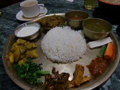 ジモティーしか居ないであろう薄暗いビルの中にある。ネパール基本の定食「ダルバート」。辛さが直球だった。胃の調子に不安を感じた段階で大正漢方胃腸薬を飲んでおいた。(←大正解!)