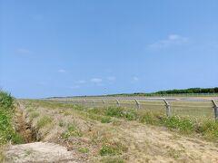 ちょっと走ると空港 滑走路はあれど、使われておらず。 しかしメンテナンスはきちんとされているよう。