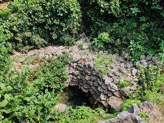 さらに走って古井戸。シムスケーと言われてるそうです。 この島の水問題は深刻だったようで、干ばつの時でもこの井戸からは水が出たらしい。 確かに、水問題は大変。あちらこちらに貯水池があったし。石垣の地下から水を引くとかできなさそうだし。