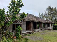 続いてやいま村というところに行ってみた。 石垣のテーマパークみたいなところだ。 古風な沖縄建築が数件建っている。 中も入り放題で楽しいし、案外広いからゆんたくできちゃう。