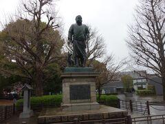 上野公園に行くとまず迎えてくれるのが、西郷さんの銅像です。