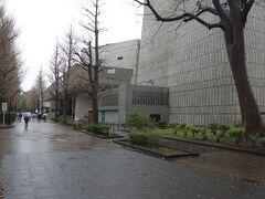 東京文化会館の横を通って国立科学博物館