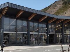 「相模湖駅」駅舎が新しく綺麗です。