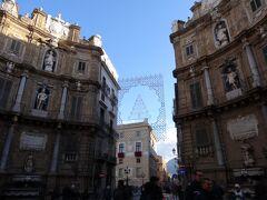 旧市街の中心地、クアットロ・カンティです。