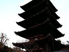 ついさっき、ルーフトップバーから眺めていた八坂の塔が、ほんの10分歩いただけで目の前に。 やっぱり、このロケーション♪ 京都を最高に感じることができる場所よねー。 ほんと、素敵!!