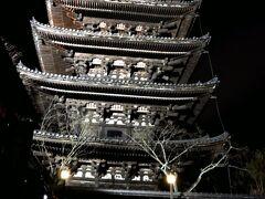 酔い覚ましをしながら、再び四条の街をテクテクと… 来る時はまだ明るかった八坂の塔も、夜はライトアップされて、また違った印象に。 凄く厳かな、より重厚で偉大なもののような気がする…。ライトアップ効果!(笑)