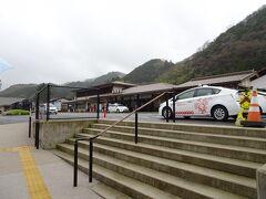 津和野駅のタクシーのデザインはご当地キャラのつわみんだなあ、と眺めながら徒歩でてくてく。