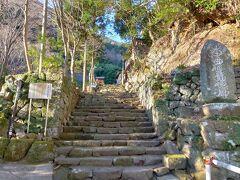大山に登るこま参道を左に入ったところにあるこちらの茶湯寺は、死者の霊を百一日の茶湯で供養する「百一日参り」のお寺。