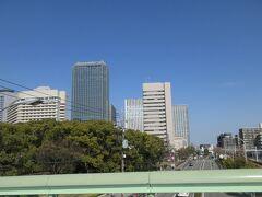 大階段を降りると右手にはビルが建ち並びます  [大阪ビジネスパーク] OBP 超高層ビル群と都市公園で構成された再開発地域。古称「弁天島」