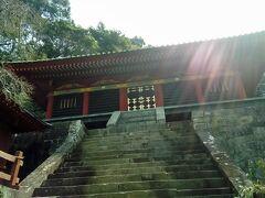 いよいよ久能山東照宮へ。いろいろな建物がありますが、どれも華やかです。