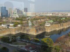階下へ降りる際に踊り場のシースルーの窓から大阪城南外堀が眺められます。 隅櫓も小さく見えます。