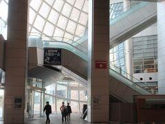 エントランスホール・「アトリウム」 巨大なガラスのドームから午後のよう王が差し込んでいます。 天井高さ35m