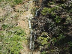 滝壺橋の上からは見えるのは、滝壺沢の滝。所謂「段瀑」で4段になっているようです。これだけはっきり見えるのは(葉がない)今の季節ならでは。