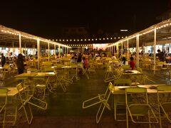 バーンダム・ミュージアム見学後、再び徒歩で幹線道路まで戻り、バスでチェンライの街に戻りました。  夕食は、ナイトバザールで・・・。 11月に来た時より、人が少なかったです。