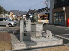 新見駅前の一角には「縁の広場」というスポットがあります(広場というほど大きくはないですが)。ここには「祐清とたまがき」像があります。 たまがきという女性は新見に京都の東寺から派遣された祐清という代官の身の回りを世話していた女性で祐清が厳しい取り立てに恨まれ斬殺された際に本拠地の東寺に対し形見の品の一部を自信で持ちたいという手紙を書いております。 中世の農村部に住む女性が書いた手紙という事で大変貴重な資料になっています。