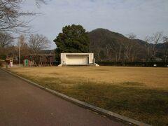 城山公園、普通なら「しろやまこうえん」ですがここは「じょうやまこうえん」です。由来としては初代新見藩主の関長治が宮川藩(津山藩の支藩)から移封されてきたときにこの地に館を建てたから、ということの様です。 この由来がなかなかわからず旅行記を製作初期の時は説明に「城山と名乗っているが城があったかは不明、新見城は楪城と呼ばれた山城で市北部にありこことは違う」とか書いていました。調べると情報出てくるものですね。