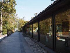 勾玉池畔に建つ「せんぐう館」は伊勢神宮関連の博物館。 今回入らなかったけど、HP見ると展示内容結構面白そう。金ケチらないで素直に入っときゃよかった。無料の休憩所も併設されてます。