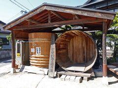 江戸時代末期から明治初期に創業されたとされるヤマロク醤油は、マスコミにも度々取り上げられ、多くの観光客が足を運んでいる人気の醤油蔵です。 人気の理由は、予約不要の蔵見学と「やまろく茶屋」です。