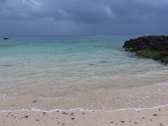 ばしゃ山村で降りて用安海岸です。 白い砂浜と青い海が広がっています。  誰もいないのでビーチひとり占めです! でも天気がイマイチ、小雨もぱらついてるし・・・ これで青空ならもっときれいなんだろうなぁ