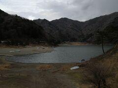 本栖湖の次は精進湖へ 昔キャンプに行けたのだが 随分水が減った気がする こんなに小さな湖だったかなーと 本栖湖も精進湖も キャンプをしている人がいた