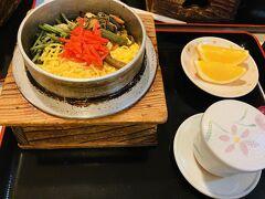 次の日晩ごはん。 ようよう亭さんで山菜釜めし。 楽しみはごはんだけ。