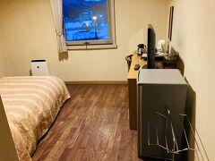 今日からの宿泊は、一番近いビジネスホテル、七飯町大沼公園駅前のステーションホテル旭屋さんです。 和室ではデスクワークが捗らないのと、部屋にトイレが必要なので。