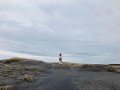 仕事は無事終わり。 せっかくなのでちょいと観光 砂崎海岸にある砂崎灯台を見に来ました。 すれ違えないアップダウンのきついダート。 道の脇にある木々の枝に車体を引っかかれながら、砂浜に到着。 歩いて灯台へ。