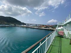 阿嘉大橋が見えてきた  島に着く前に 「ボーーーッ!!!」汽笛を鳴らすのがお決まり