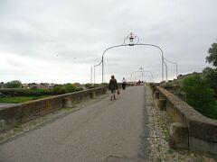 旧橋を渡り、城塞へと向かう。